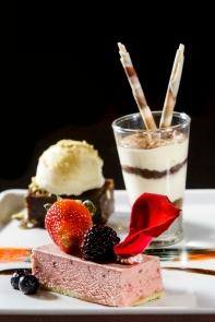 dTorta mousse de frutas vermelhas / brownie com castanhas e sorvetee pistache / Tiramisú