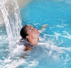 Massagem - Cascata na piscina coberta