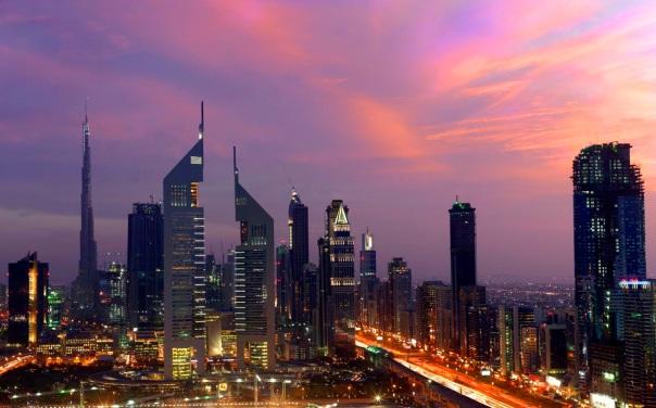 Emirates Towers, um dos icônicos edifícios de Dubai que complementam a skyline da cidade (Divulgação / DTCM)