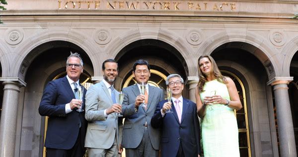 O gerente geral John C .Tolbert, o CEO de Nova York Fred Dixon, o Cônsul coreano Gheewan Kim, o presidente do LOTTE Hotels & Resorts Sr. Yongdok Song e a atriz Brooke Shields / Divulgação