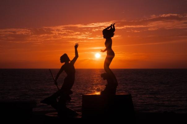 Por do sol em tons de laranja e liberação das tartarugas estão entre os muitos espetáculos que impressionam os viajantes